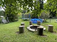 Zahrada s ohništěm - chata ubytování Bílsko