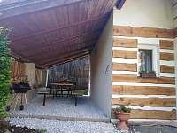 Venkovní posezení s grilem - apartmán k pronájmu Komárov