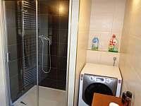 Koupelna se sprchovým koutem, pračkou a sušičkou - pronájem chalupy Hrubá Skála