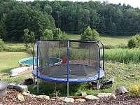 Trampolína na zahradě - chalupa k pronajmutí Hrubá Skála
