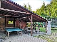 venkovní posezení s grilem a pingpong stolem - chalupa ubytování Turnov - Pelešany