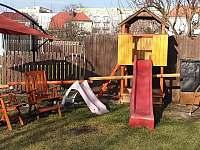 Dětský koutek na zahradě - pronájem apartmánu Jičín