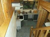 pohled z patra na kuchyň