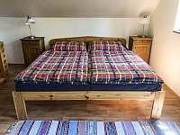 Velká ložnice manželská postel - chalupa k pronajmutí Skalany