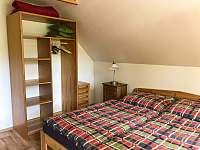Velká ložnice úložný prostor - chalupa k pronájmu Skalany