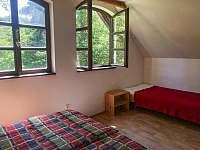 Velká ložnice výhled do zeleného údolí - Skalany