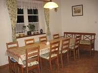 Kuchyň,jídelní stůl - chalupa ubytování Střeleč - Mladějov v Čechách