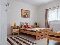 """""""Hnědo-oranžový pokoj pro max. 4 osoby v horním patře apartmánu"""" - k pronajmutí Železnice"""