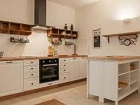 """""""Velká plně vybavená kuchyň v dolním patře apartmánu"""" - ubytování Železnice"""