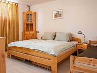 Ložnice s manželskou postelí ve spodním patře - apartmán ubytování Železnice
