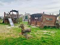dětské hřiště 300 m od penzionu