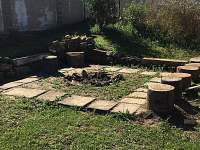 Ohniště s posezením - chata k pronájmu Ohařice