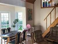 Postýlka a židlička pro nejmenší rekreanty - chata k pronájmu Ohařice
