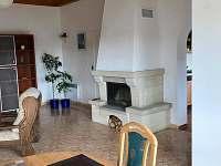 Společenská místnost-hala - chata ubytování Ohařice