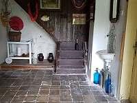 chodba, vpravo dveře do kuchyně - chalupa k pronájmu Libošovice - Malá Lhota