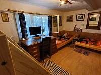 psací stůl s postelemi - chalupa k pronajmutí Libošovice - Malá Lhota