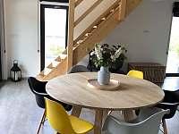 Jídelní stůl a schodiště do podkroví