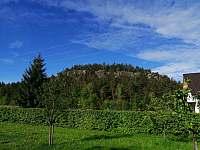 Pohled na Klokočské skály ze zahrady - chalupa k pronájmu
