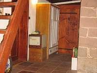 Chodba, schody do ložnic v podkroví a dveře na WC a do koupelny - chalupa k pronájmu Syřenov