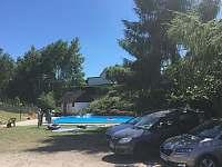 Obecní volně přístupný bazén; 5min. chůze od chalupy - pronájem Syřenov