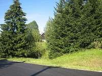 Pohled od silnice - chalupa k pronájmu Syřenov
