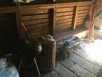 Průchod k zadnímu vchodu s grilem - Syřenov