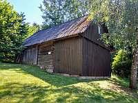 Stará stodola využívaná jako sklad - chalupa k pronájmu Syřenov