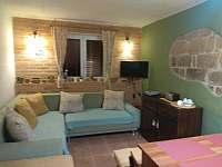 Obývací místnost, rozkládací pohovka - chalupa k pronajmutí Doubrava - Hořice