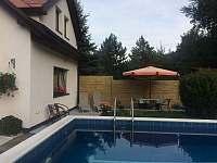 Terasa u bazénu - apartmán ubytování Turnov - Pelešany