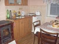 kuchyňka s krbovými kamny - chalupa k pronájmu Radimovice