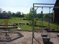 dětský koutek na zahradě která má 2000m2