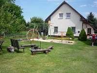 Zahrada s ohništěm, dětským koutkem a stolem na stolní tenis