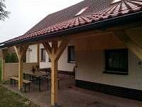 Zastřešená venkovní terasa s přímím vstupem na zahradu
