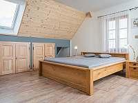 Pokoj Bezděz, dubová postel