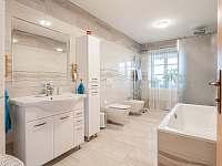 Vymazlená koupelna v patře - Loktuše