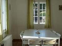 kuchyň - jídelní stůl