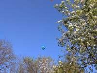 Při pěkném počasí v okolí chalupy startují balonáři