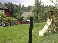 zahrada s dětským hřištěm a solární sprchou