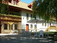 ubytovací část domu s pavlačí a terasou