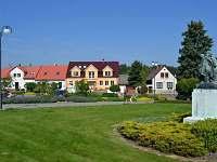 """Pohled na dům od sochy """"Rozhovor"""" na Náměstí prof. Drahoňovského"""