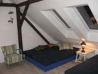 2. podkrovní apartmán pro 4 osoby s vlastní koupelnou a wc - chalupa ubytování Uhlíře