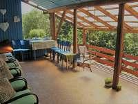krytá terasa pro cca 25 osob přístup přímo z objektu i se schodištěm na zahradu - Uhlíře