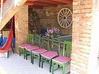 pergola se stolním tenisem propojená se zahradou - Uhlíře
