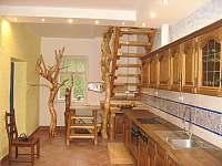 přízemní kuchyně se schodištěm do podkroví - pronájem chalupy Uhlíře