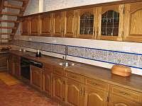 přízemní kuchyně se schodištěm do podkroví - Uhlíře