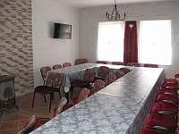společenská místnost 35 míst k sezení - chalupa k pronajmutí Uhlíře