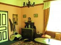Obývací zámecká komnata - vila k pronájmu Uhlíře