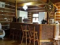 barový pult s kuchyní - chalupa k pronájmu Nová Paka