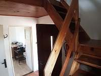 schody do patra - chata k pronájmu Bukovina