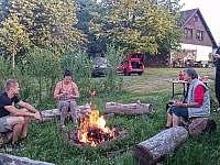 Opékání buřtů je oblíbená aktivita - Chuchelna - Lhota